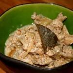 Das fertige Putenfleisch-Curry mit Korianderblatt. Chilischoten verwenden Sie bitte nach eigenem Belieben!