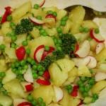 Kartoffelsalat mit Limette und Avocado: Serviert und lecker!