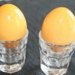zwei gelb gefärbte Eier