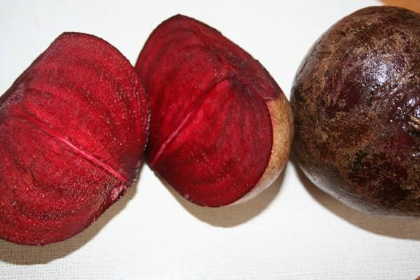 frische Rote Beete Knolle aufgeschnitten