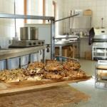 Bio-Osterbrote auf dem Kuchenbrett