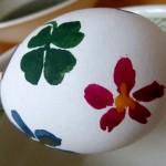 Osterei mit rot blau grüner Blume