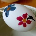 Osterei mit roter und blauer Blume