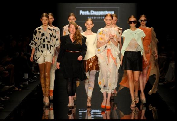 Modenschau, Modellgruppe und Designerin