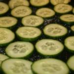 Scheiben von grüner Gurke auf einem Teller