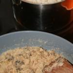 Topf mit Reis, Pfanne mit Pilzen, Zwiebeln und Semmelbröseln