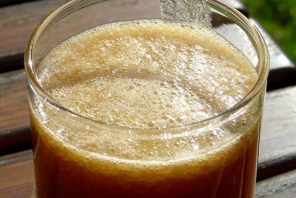 ein Glas mit frischem Apfelsaft