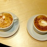 Kaffee mit Crema-Herz und Crema-Farnblatt