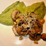 Erbsenpüree, gebratene Pilze und Nüsse