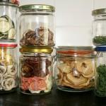Gläser mit Dörrobst und -gemüse