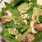 Spinatsalat mit Pilzen und Dressing