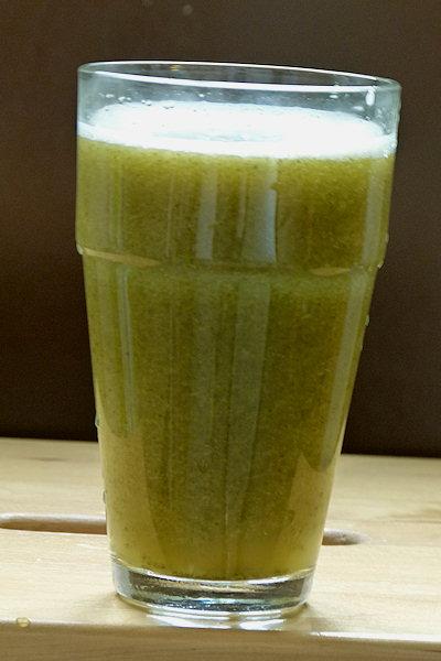ein Glas Apfel-Moringa-Smoothie