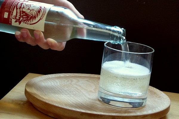 Bio-Erfrischungsgetränk ins Glas