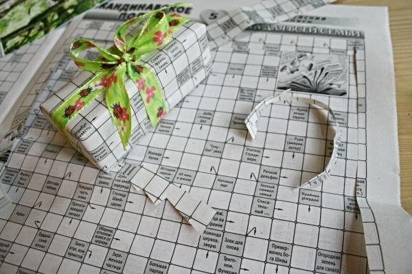alte Zeitung wird zur witzigen Geschenkverpackung