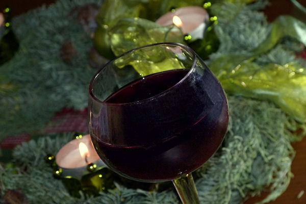 Französischer Bio-Rotwein im Glas