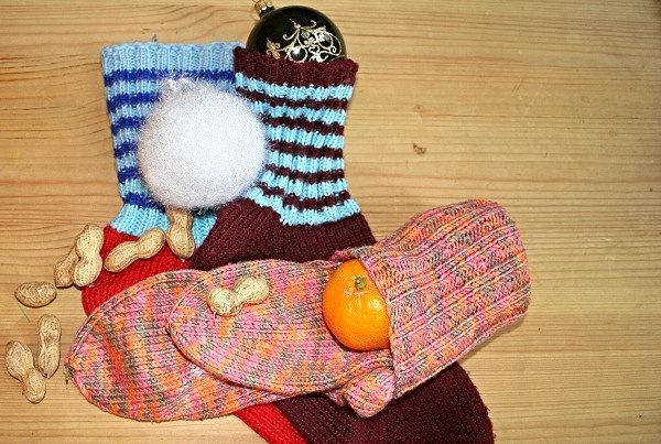 selbstgestrickte Socken zum Verpacken von Weihnachtsgeschenken