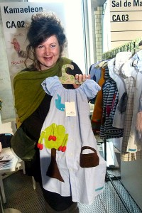 Designerin mit Kinderkleid