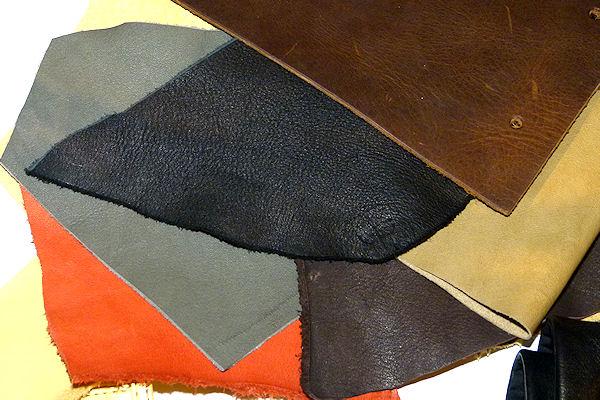 verschieden farbige Lederstücke