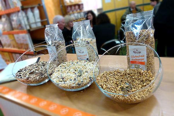 Schalen mit glutenfreiem Bio-Müsli