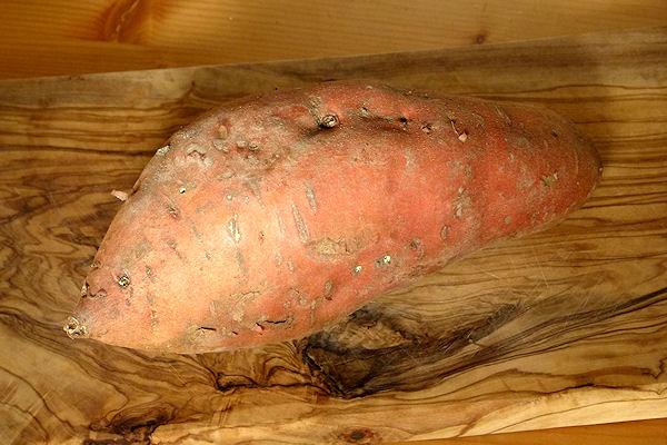 Rötliche, längliche Süßkartoffel mit Schale