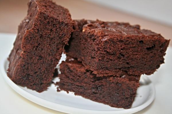drei Brownies serviert