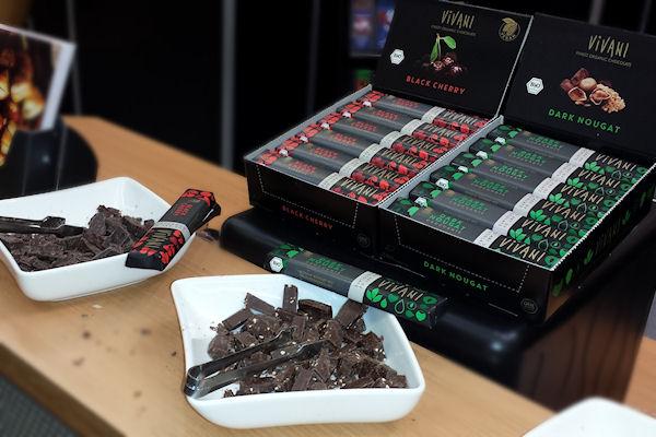 Schalen mit Probestücken vegane Bio-Schokolade