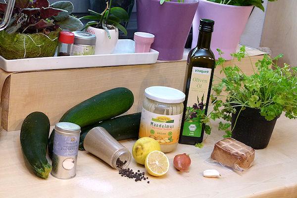 Bio-Zutaten wie Mandelmus, Olivenöl, Tofu