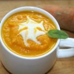 1 Tasse mit veganer Möhrensuppe