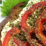 veganer Brotaufstrich mit Paprika und Brennnesselsamen garniert