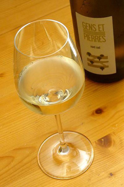 Bio-Weisswein aus Frankreich im Glas mit Flasche