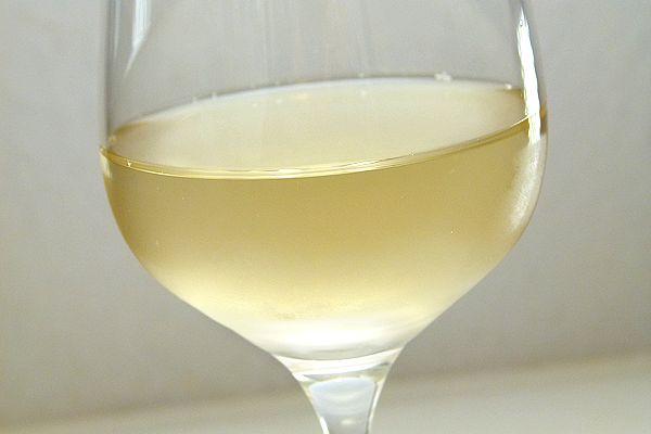 Bio-Weisswein aus Frankreich goldgelb im Glas
