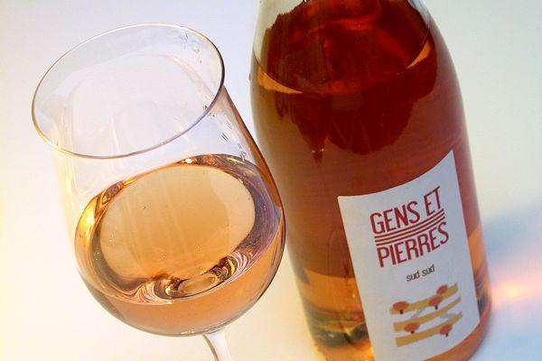 Bio-Rose aus Frankreich im Glas neben Flasche