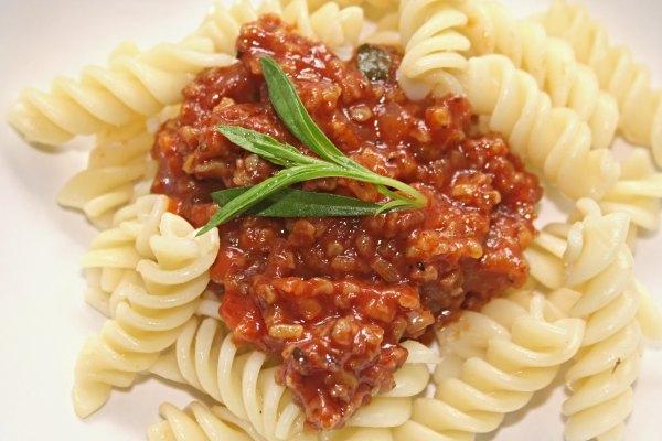 Teller mit Nudeln und veganer Bolognese