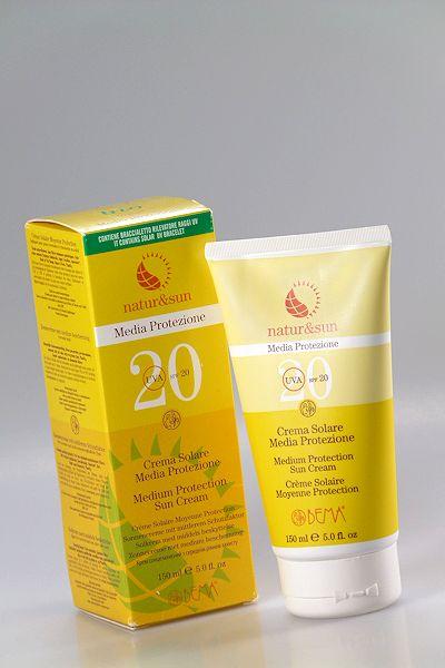 Gelbe Kunststofftube mit natürlicher Sonnencreme