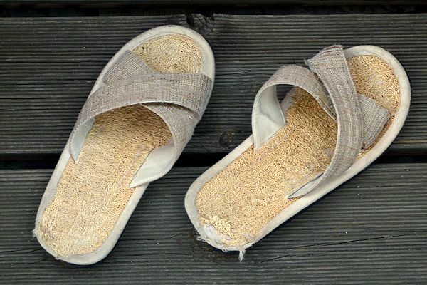 Zimt-Sandaletten gebraucht und abgenutzt.
