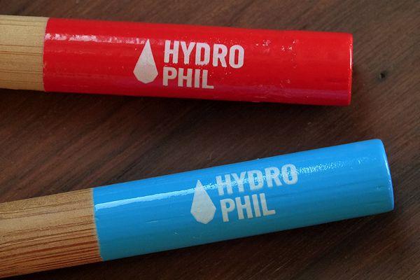 Hydrophil-Zahnbürsten mit roten und blauen Enden