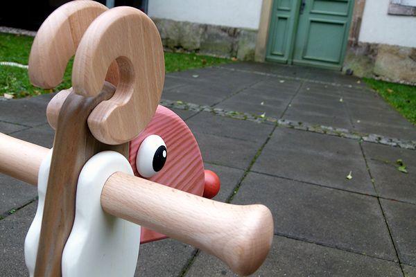 Rutschtier Horst vor einem Haus