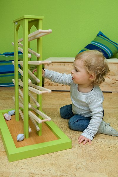 Kugelbahn von Naturehome mit spielendem Kind