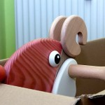 Widder Horst blickt aus Karton