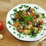 Salat mit Weißbrot und Oliven