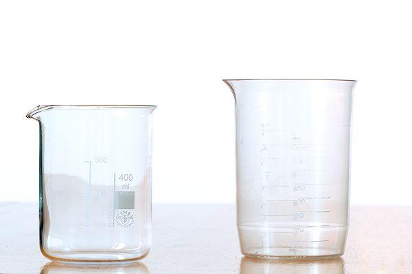 Messbecher aus Glas und Plastik