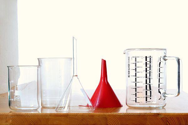 Messbecher und Trichter aus Glas und Plastik