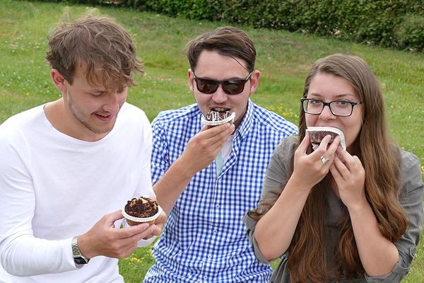 Junge Leute essen Muffins