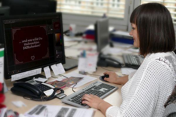 Josephine Ullrich am Schreibtisch