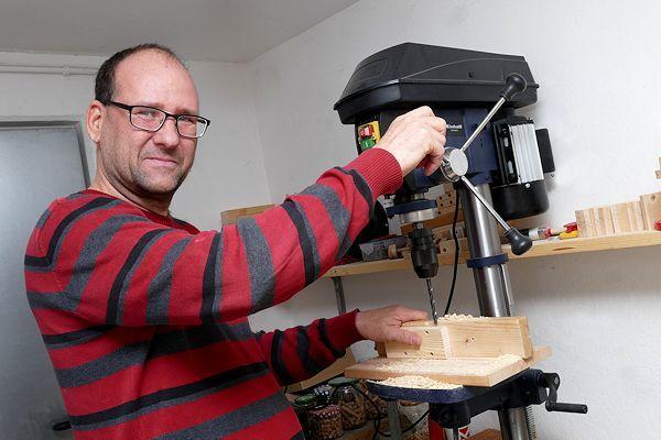 Nils Weinhold an seiner Bohrmaschine