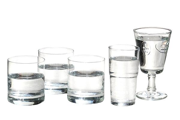 5 Gläser mit Trinkwasser