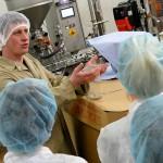 Bio Planete Produktionsleiter erklärt die Abfüllung