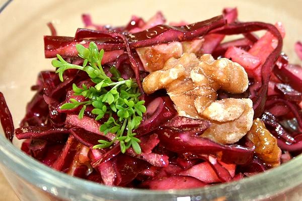 Rotkohlsalat mit Walnüssen