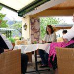 Seniorchef Pirktl im Gespräch mit Adina und Christina
