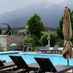 Badelandschaft vor dunkler Alpenkulisse